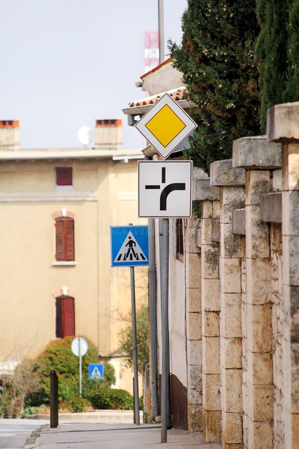 Sinal de tráfego/sinais ou símbolo de estrada na calha da rua na cidade/sinalização do tráfego e nos símbolos/parede de pedra e n imagens de stock