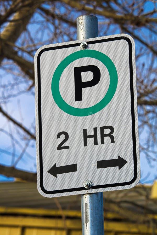 Sinal de um estacionamento de duas horas com sentidos permissíveis imagens de stock royalty free
