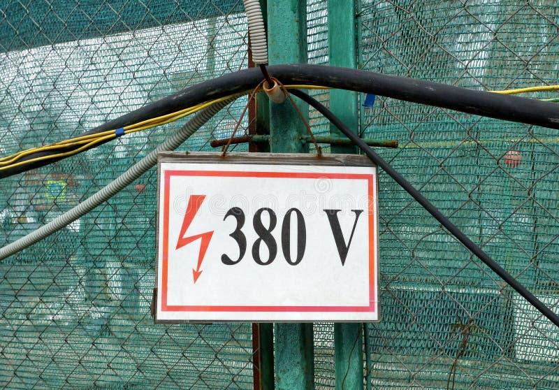 Sinal de 380 V do perigo bonde fotos de stock