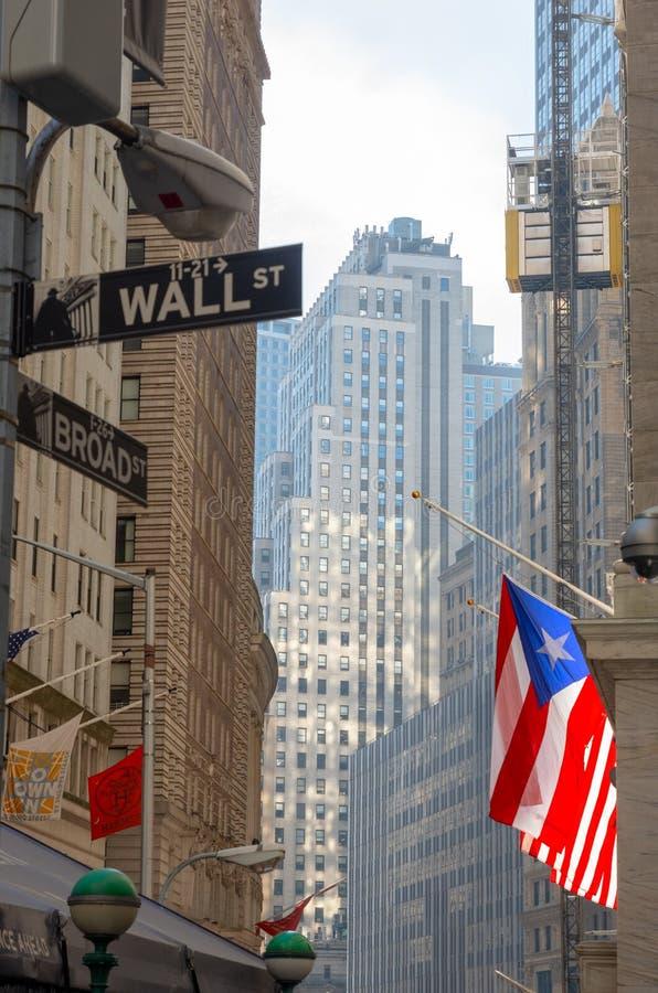 Sinal de Wall Street com fundo da arquitetura da cidade de New York, Manhattan, New York City imagens de stock