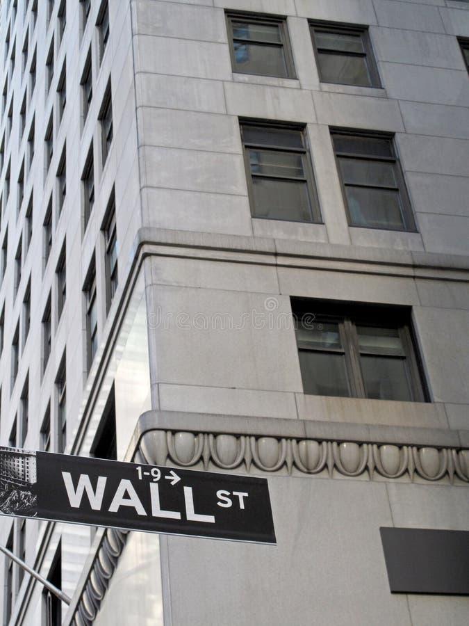 Sinal de Wall Street, com o arranha-céus no fundo, New York City, EUA fotos de stock royalty free