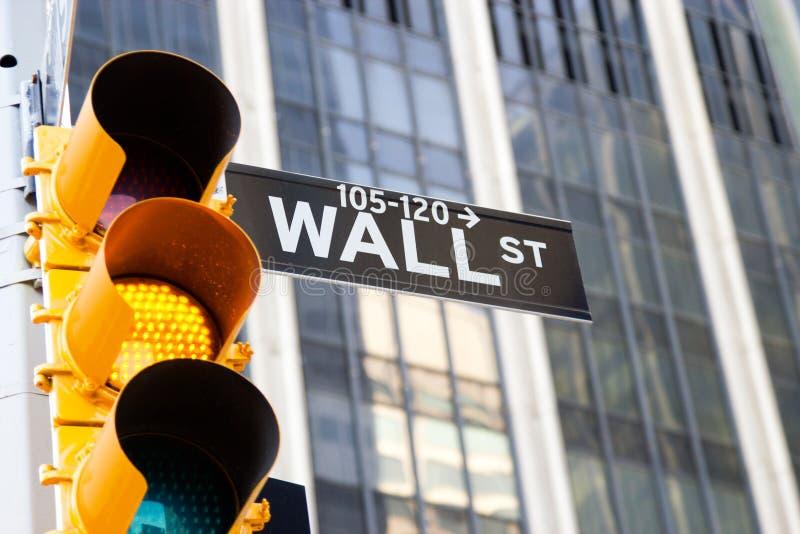Sinal de Wall Street e sinal amarelo, New York foto de stock