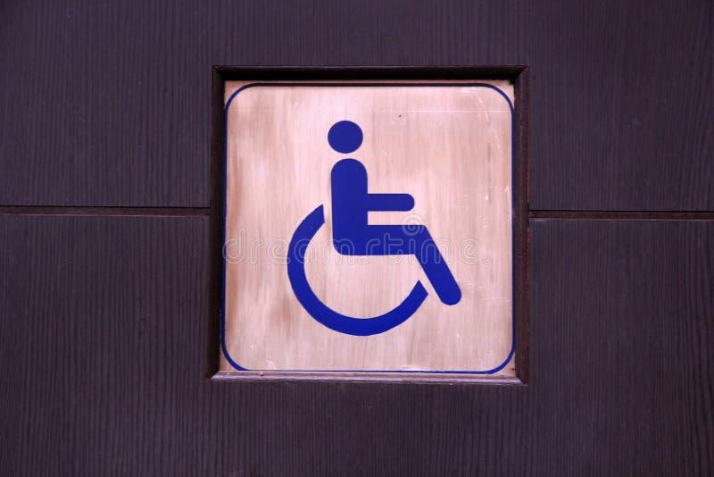 Sinal deficiente do toalete ou sinal acessível do toalete imagem de stock royalty free