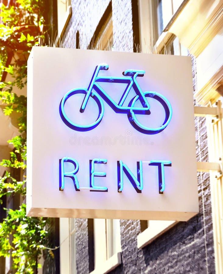 Sinal do aluguel da bicicleta de uma loja da bicicleta imagens de stock royalty free