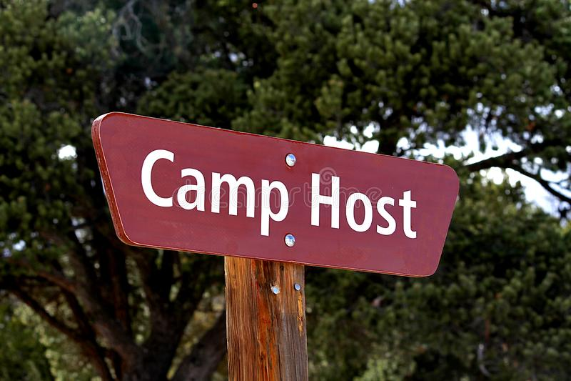 Sinal do anfitrião do acampamento no acampamento fotos de stock royalty free