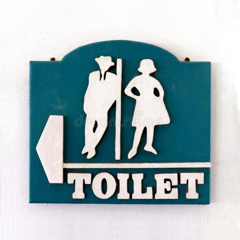 Sinal do banheiro, estilo velho homem-fêmea do vintage do toalete público do sinal na parede do cimento branco, sinal do toalete fotografia de stock