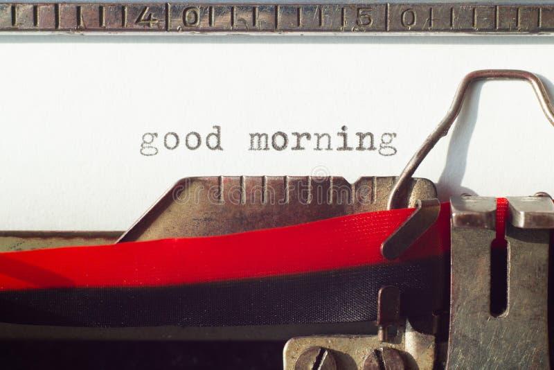 Sinal do bom dia na máquina velha do tywriter imagens de stock