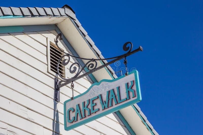 Sinal do cakewalk do vintage em uma construção na rua principal Coulterville, fotos de stock royalty free