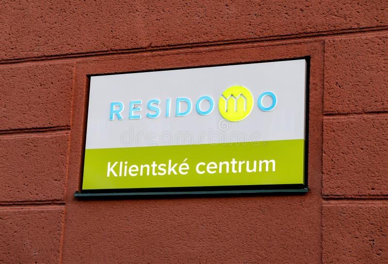Sinal do centro de apoio do cliente escrito na língua checa do Residomo que abriga a empresa alugado fotografia de stock
