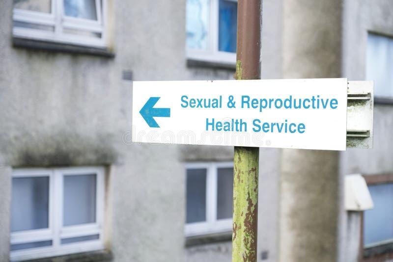 Sinal do centro de saúde sexual e reprodutiva imagens de stock royalty free