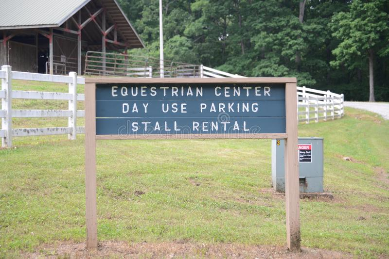 Sinal do centro equestre em Natchez Trace State Park fotos de stock royalty free