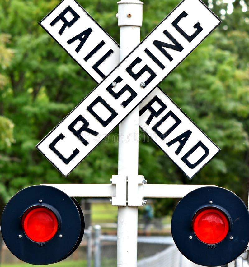 Sinal do cruzamento de estrada de ferro, luzes de piscamento automáticas imagens de stock