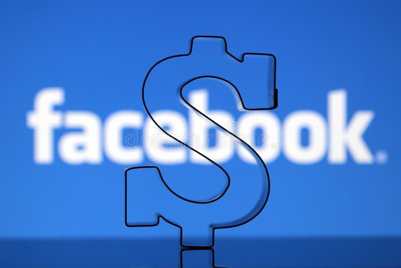 Sinal do dólar americano com logotipo de Facebook fotos de stock