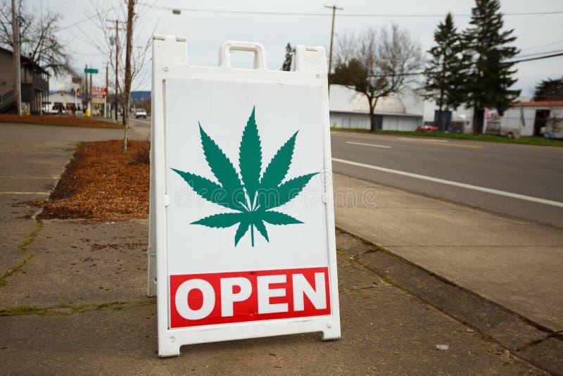 Sinal do dispensário da marijuana imagem de stock
