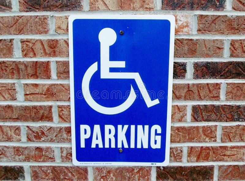Sinal do estacionamento da desvantagem na parede de tijolo fotos de stock royalty free