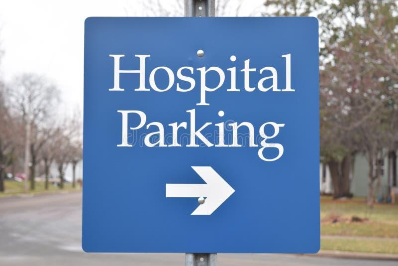 Sinal do estacionamento do hospital com o azul da seta na cor imagens de stock royalty free