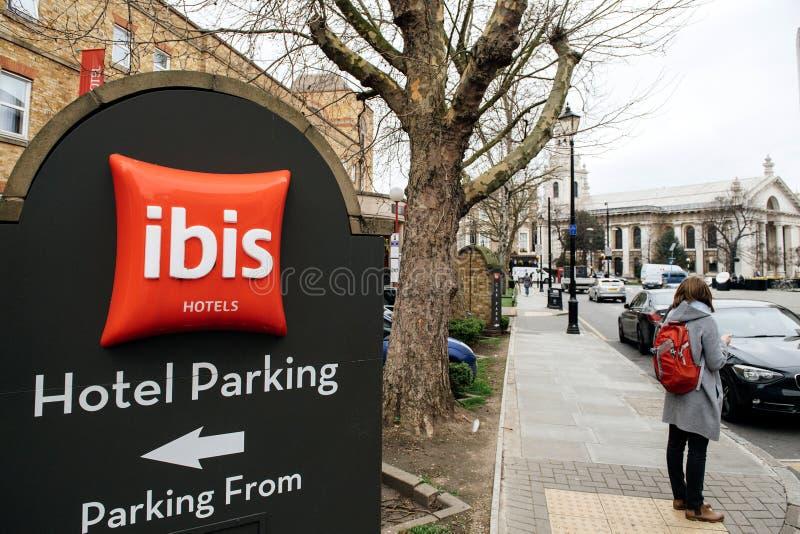 Sinal do estacionamento do hotel no hotel dos íbis em Londres Greenwich imagem de stock