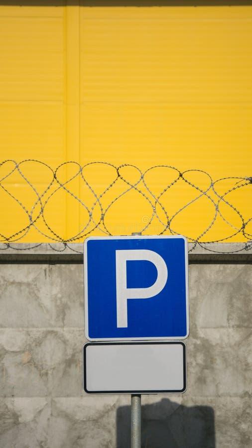 Sinal do estacionamento - sinal de estrada azul com letra P na placa retangular fotos de stock
