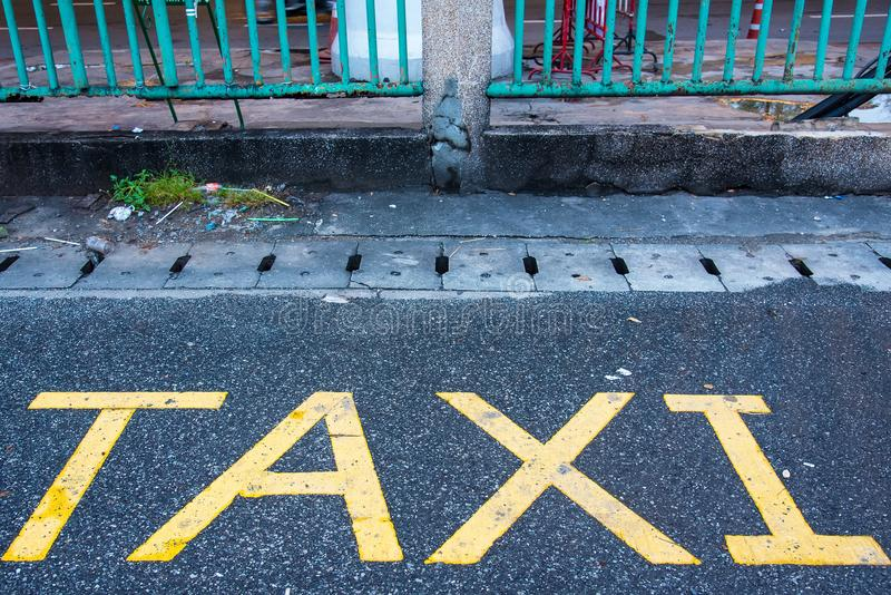 Sinal do estacionamento do táxi no a rua tailândia imagem de stock royalty free