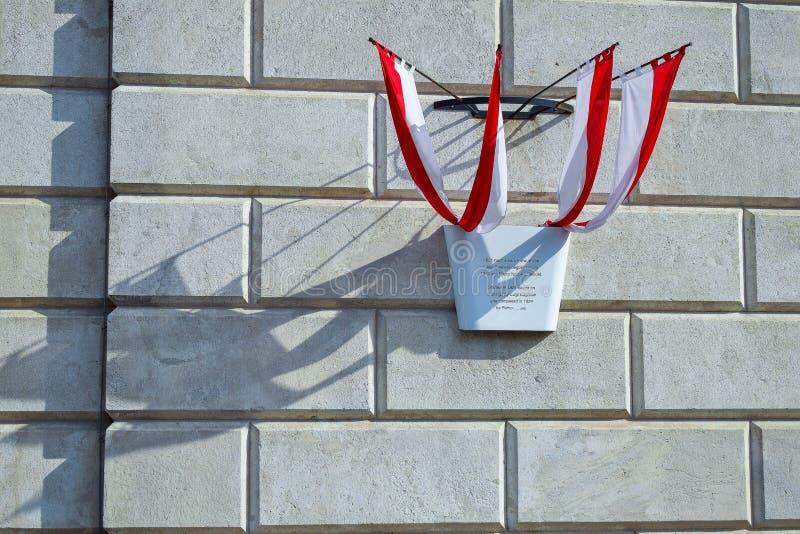 Sinal do estado com as quatro bandeiras com sombras no fundo da parede dos tijolos em Viena Áustria foto de stock