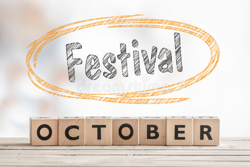 Sinal do festival de outubro feito da madeira imagem de stock