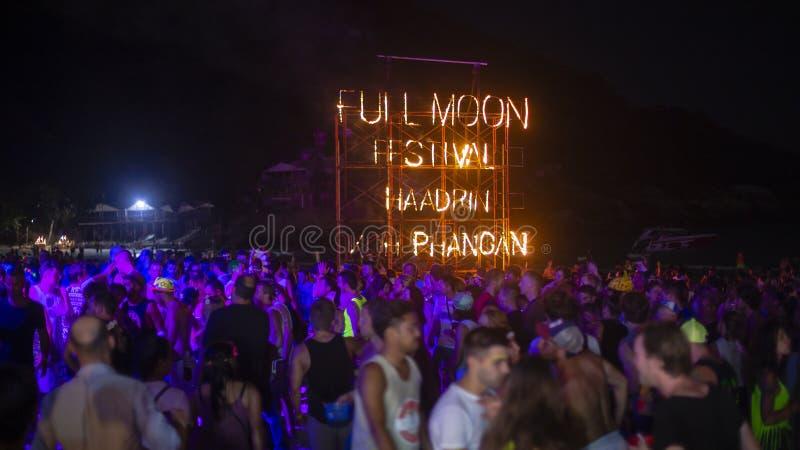 Sinal do fogo do partido da Lua cheia na praia de Haad Rin na ilha Koh Phangan, Tailândia imagens de stock