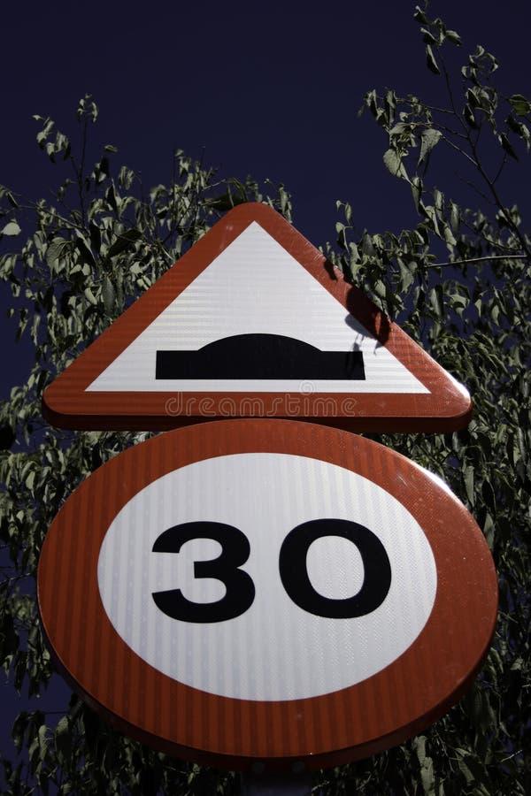 Sinal do limite de velocidade com sinal da colisão imagens de stock