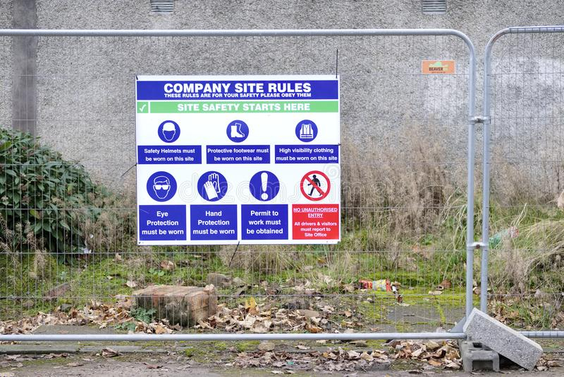 Sinal do lugar de trabalho da saúde e da segurança no terreno de construção da construção imagem de stock