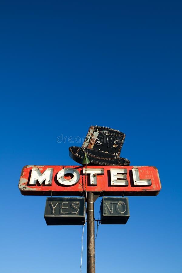 Sinal do motel de encontro ao céu azul imagens de stock