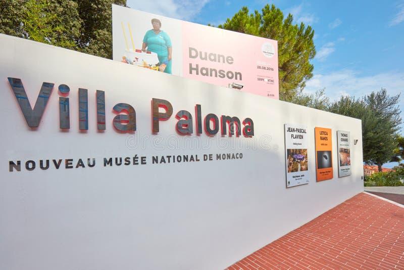 Sinal do museu de arte contemporânea de Paloma da casa de campo e de exposição de Duane Hanson quadro de avisos em Monte - Carlo fotos de stock