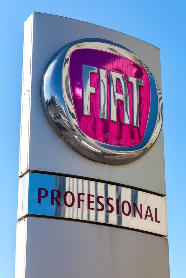 Sinal do negócio de Fiat contra um céu azul fotografia de stock royalty free