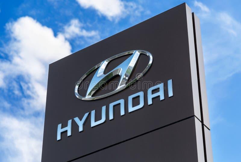 Sinal do negócio de Hyundai contra o céu azul imagens de stock