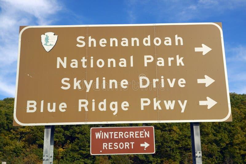 Sinal do parque nacional de Shenandoah que aponta à movimentação Virgínia da skyline foto de stock