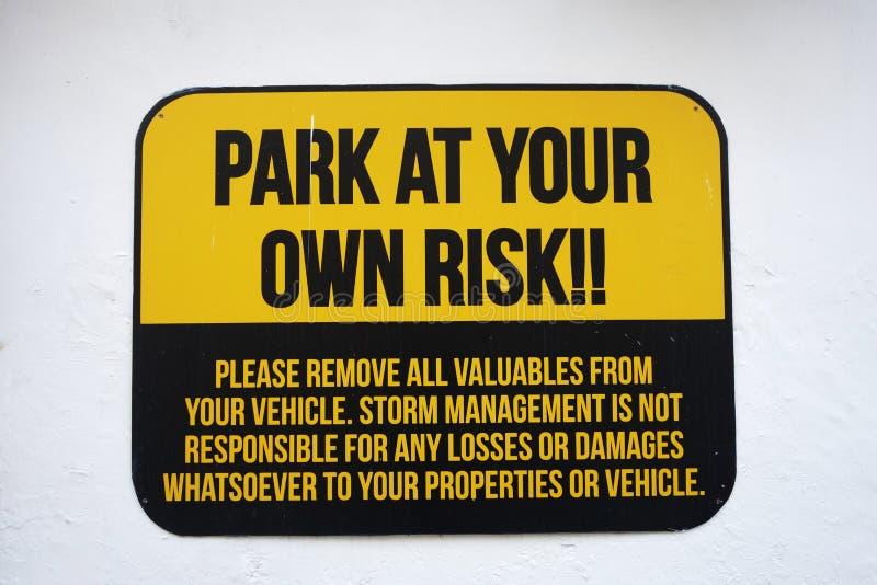 Sinal do parque a seu próprio risco foto de stock royalty free