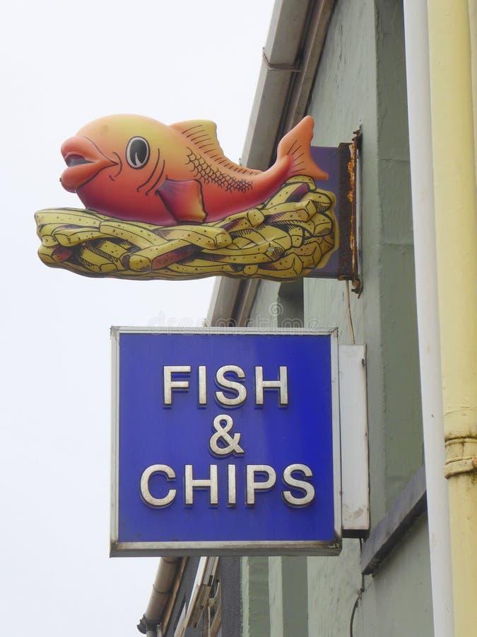 Sinal do peixe com batatas fritas no restaurante imagens de stock