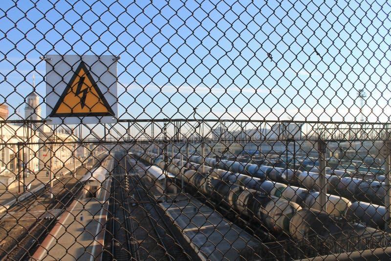 Sinal do perigo em um estação de caminhos-de-ferro foto de stock royalty free