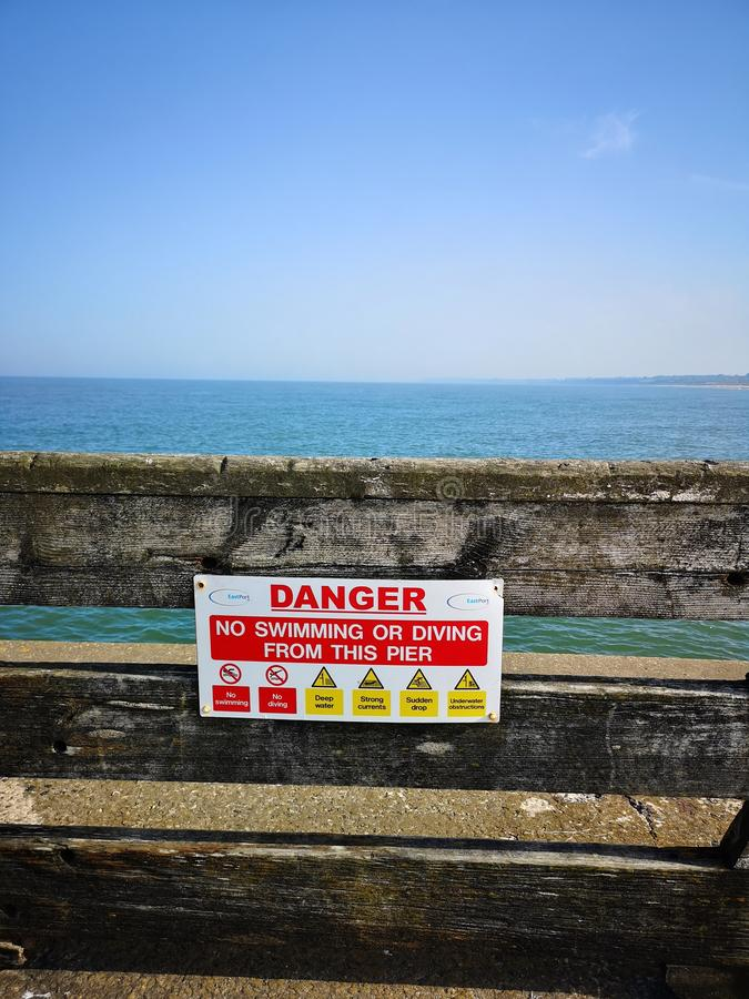 Sinal do perigo do mar de Gorleston imagem de stock