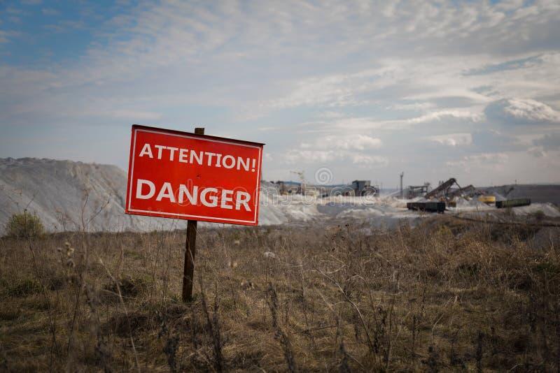 Sinal do perigo na frente da área industrial fotografia de stock royalty free