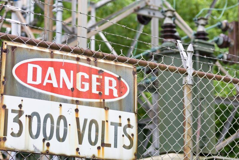 Sinal do perigo na frente do equipamento de alta tensão fotografia de stock royalty free
