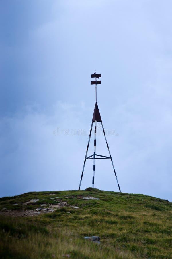 Sinal do pico de montanha imagens de stock
