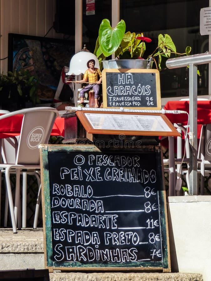 Sinal do restaurante com menu do alimento de mar imagens de stock