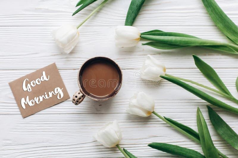 Sinal do texto do bom dia no cartão em tulipas com café o fotos de stock