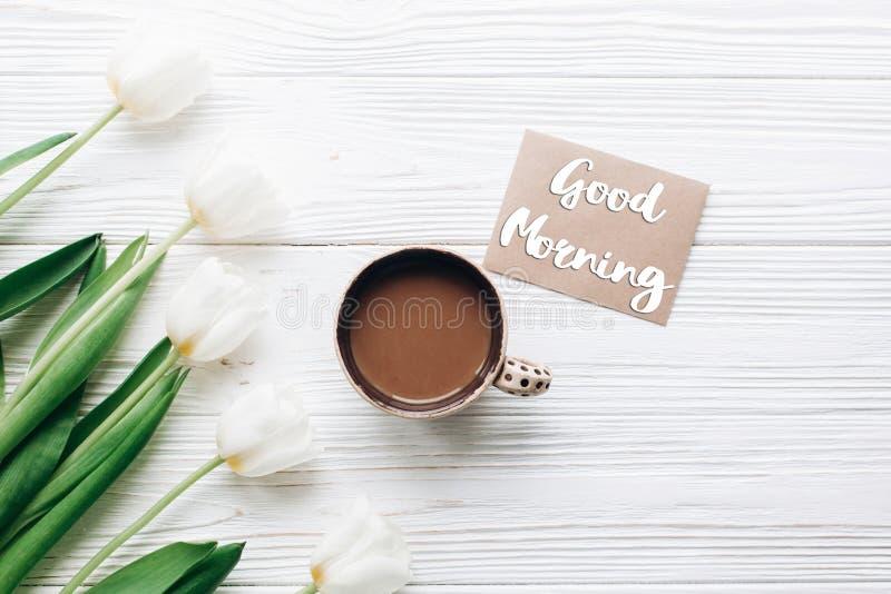 Sinal do texto do bom dia no cartão em tulipas com café sobre imagem de stock