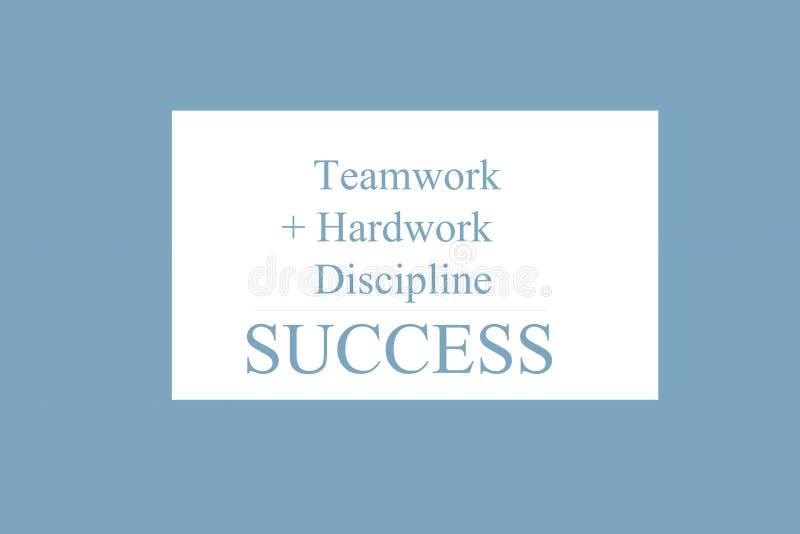 Sinal do texto que mostra ?trabalhos de equipe + Hardwork + disciplina = SUCESSO ilustração royalty free