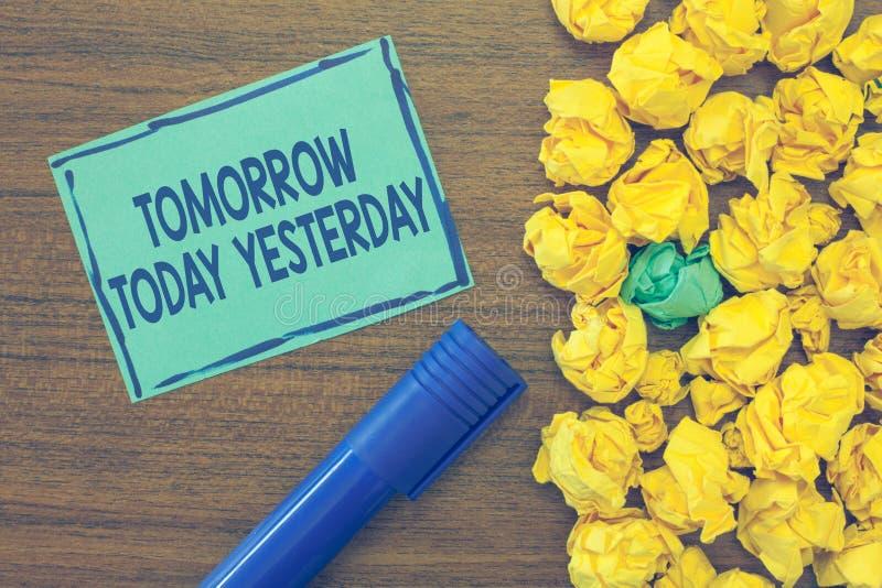 Sinal do texto que mostra amanhã hoje ontem Os advérbios conceptuais da foto do tempo dizem-nos quando uma coisa aconteceu imagem de stock