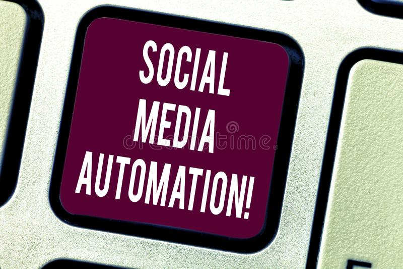 Sinal do texto que mostra a automatização social dos meios Automatização conceptual da foto de afixar o índice à chave de teclado fotos de stock royalty free