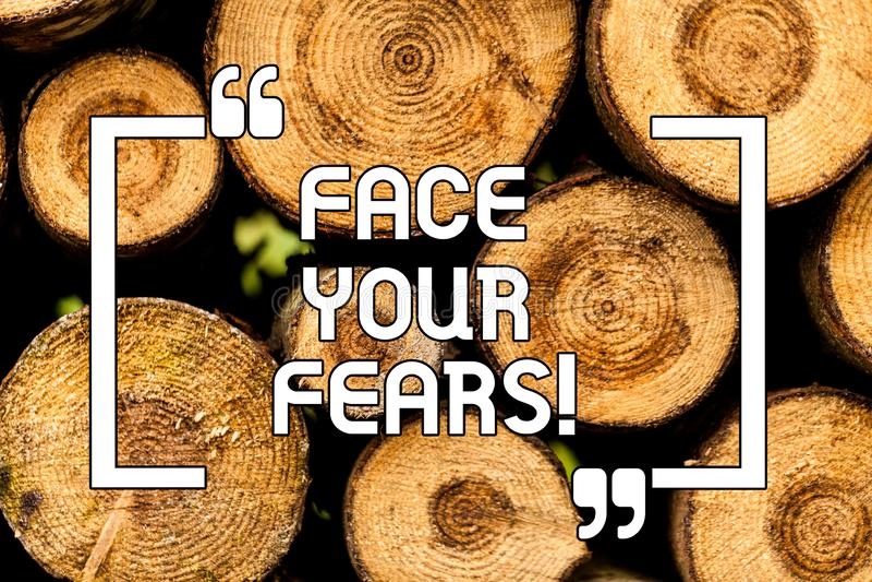 Sinal do texto que mostra a cara seus medos A foto conceptual tem a coragem superar a ansiedade seja de madeira sem medo corajoso ilustração royalty free
