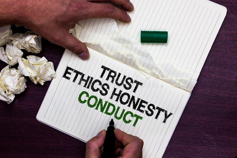 Sinal do texto que mostra a conduta da honestidade das éticas da confiança A foto conceptual conota positivo e os atributos virtu fotografia de stock