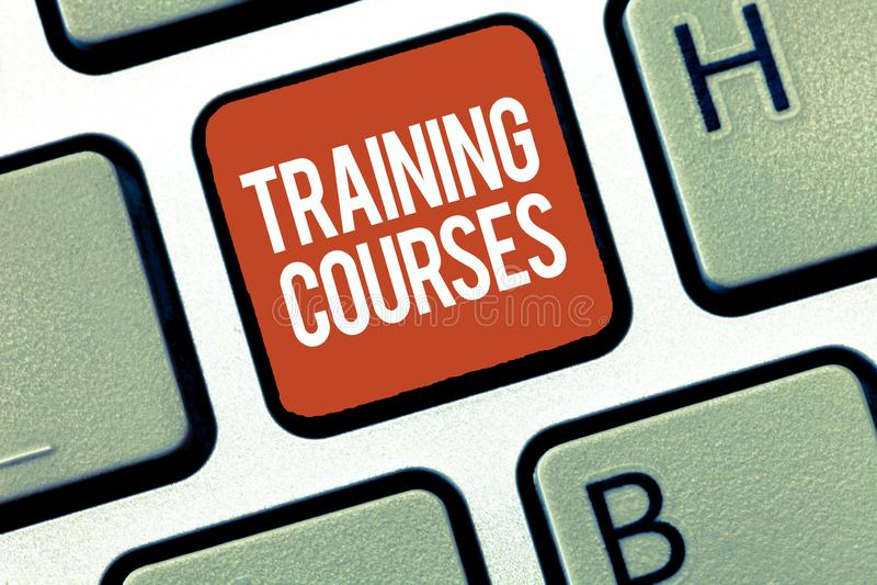 Sinal do texto que mostra cursos de formação A foto conceptual é série de lições ou de leituras que ensinam habilidades que você  fotografia de stock