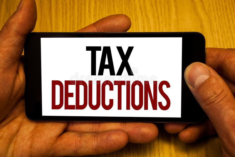 Sinal do texto que mostra deduções fiscais A redução conceptual da foto no dinheiro das economias do investimento dos impostos re imagens de stock royalty free